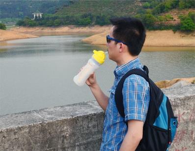 康米尔PB01救援净水壶挤压瓶体饮水图