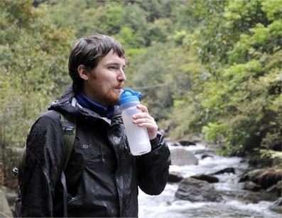 康米尔PB01应急净水瓶挤压瓶体饮水图